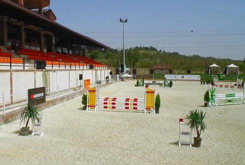 باشگاه اسب سواری به دهنه ۲۰ متر بدون ستون
